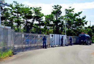 沖縄やんばる海水揚水発電所へ通じる道に沖縄防衛局が設置したフェンス。唯一の道が封鎖されている=25日、東村高江