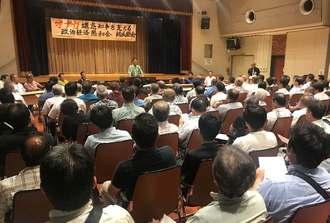 翁長雄志知事の再選を目指すことを確認した「政治経済懇和会」の設立総会=27日、沖縄市・市老人福祉センター