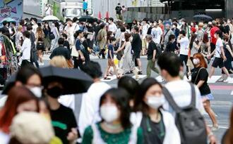 東京・渋谷をマスク姿で行き交う人たち=2日午後