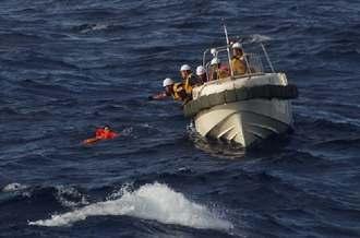 中国漁船乗組員の救助を行う第11管海上保安本部の職員=11日8時10分、魚釣島沖(提供)