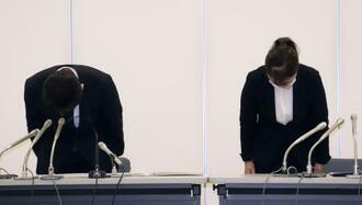 記者会見で謝罪する札幌市教育委員会の担当者=28日午後、札幌市