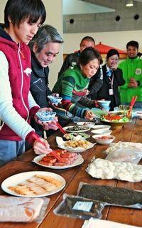 畑見学に試食 南城で沖縄産食材視察ツアー