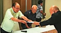 那覇市長選:翁長政俊氏、出馬へ 自民選考委が要請