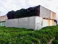 コンテナ36個不法投棄か 沖縄県が中身の調査へ 西原町小那覇