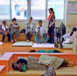 石垣市の健康福祉センターに避難した市民ら=10日午後1時半すぎ