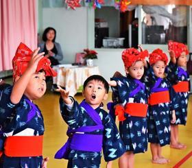 童歌を歌いながらしまくとぅばを披露する園児たち=9日、沖縄市越来幼稚園