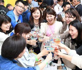 50種類以上のビールが楽しめるビアフェスで盛り上がる来場者=22日午後、那覇市久茂地・タイムスビル