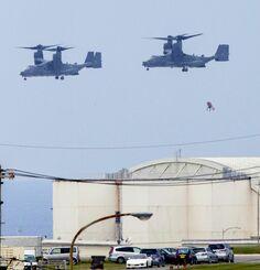 CV22オスプレイからロープを使い降下訓練を実施する兵士=24日午前11時38分、米軍嘉手納基地(読者提供)