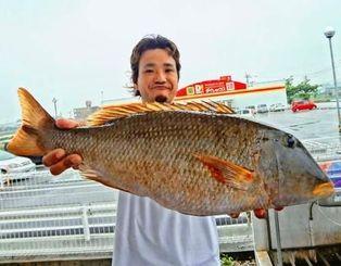 伊江島で3.68キロのムネアカクチビを釣った亀島貴寛さん=15日