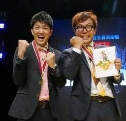 お笑いバイアスロンで3連覇を果たしたリップサービスの金城晋也さん(左)と榎森耕助さん=27日、那覇市久茂地・タイムスホール