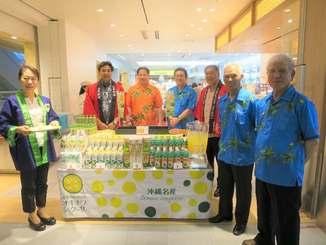 全国から羽田空港を訪れた客にシークヮーサーをアピールする生産者ら=4月26日、羽田空港第1旅客ターミナルビル