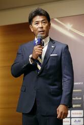 野球の国際大会「プレミア12」の記者会見で、抱負を述べる日本代表の稲葉監督=22日、東京都内のホテル