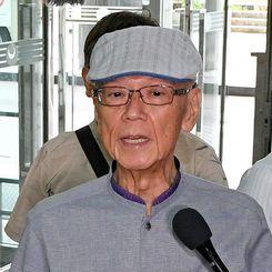 米軍F15墜落事故を受けて、コメントを述べる翁長雄志知事=11日午前、県庁
