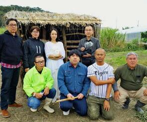 映画監督の原義和さん(後列右)と現代舞踊家のDanzatakara.さん(後列右から2人目)、監置小屋の再現作業を担ったてるしのワークセンターの関係者ら