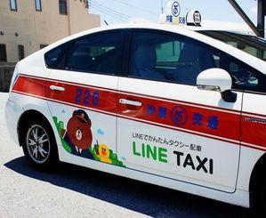 LINEキャラクターをラッピング塗装した車両=4日、浦添市の沖東交通前田営業所