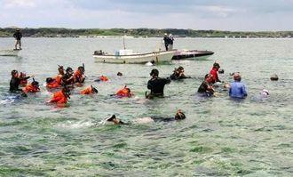 伝統の追い込み漁を体験する参加者ら=宮古島市城辺保良