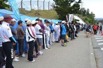 米軍キャンプ・シュワブのゲート前を訪れた金秀グループの新入社員ら=9日午前、名護市辺野古