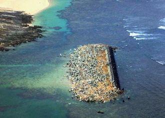 暴風で崩れ落ちたとみられる消波ブロック(沖縄総合事務局提供)