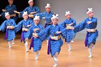 一糸乱れね手の振りが特徴の美和の会の子どもたちによる「クロウ節」=1日、那覇市久茂地・タイムスホール