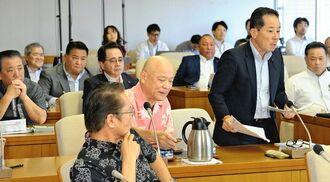 全県議を対象にした説明会で、執行部を追及する沖縄・自民の照屋守之氏(中央右)=11日、県議会