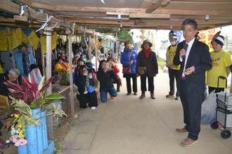 座り込みの参加者に当選の感謝を伝える瑞慶覧長敏氏(手前右)=24日、名護市辺野古の米軍キャンプ・シュワブゲート前のテント
