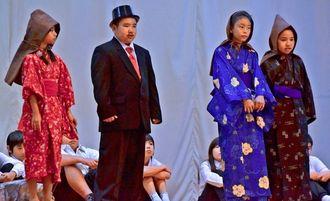 赤道出身で沖縄の教育と戦後復興に尽くした故志喜屋孝信氏の半生を演じた赤道小の児童=うるま市の赤道小学校