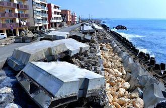 台風24号の高波で壊れた堤防=1日午後、嘉手納町水釜