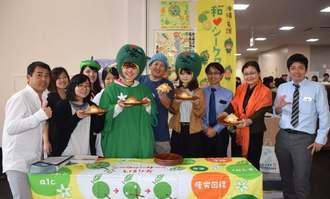 共同開発したパン「くわっくる」をPRする関係者ら=1日、名護市・名桜大学