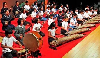 古典音楽の斉唱で幕開けした選抜こども芸能祭=8日午後、那覇市久茂地・タイムスホール