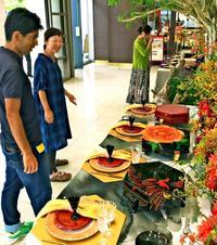 琉球の皿「東道盆」を新感覚で 漆実験工房が制作、タイムスビルで15日まで展示