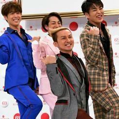 第69回紅白歌合戦に出場が決まり、記念撮影でポーズをとるISSAさん(手前)ら「DA PUMP」のメンバー=14日午後、東京・渋谷のNHK放送センター