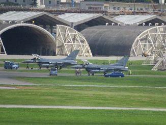 米軍嘉手納基地に着陸した米バーモント州の空軍州兵部隊所属のF16戦闘機=16日午後2時25分