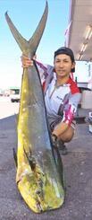 真栄田岬で131センチ、12.1キロのマンビカーを釣った高江洲龍人さん=11月6日