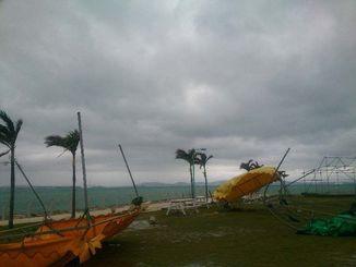 突風にあおられ横転したテント=4日午後0時36分、うるま市与那城屋平・海中道路