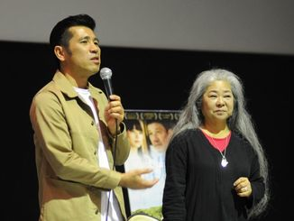 映画「洗骨」の上映終了後に観客とやりとりする照屋年之監督(左)と古謝美佐子=北谷町・ミハマ7プレックス