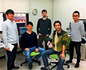 人工知能(AI)の領域に挑む大西敬吾氏(左から2人目)らLiLzのメンバー=西原町・琉球大学構内のオフィス