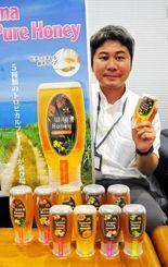 味や香りが異なる5種のハチミツの新製品をPRするおきなわ養蜂の冝保増貴氏=6日、沖縄タイムス社