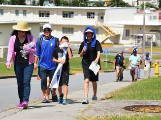 津波避難訓練で、米軍キャンプ・フォスター内の坂道を歩く参加者ら=4日、同基地