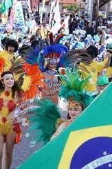 パレードを盛り上げるブラジルのサンバチーム=24日午後、沖縄市・コザゲート通り