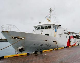 昨年末から故障運休している貨客船「フェリーはてるま」=8日、石垣市八島町・石垣港