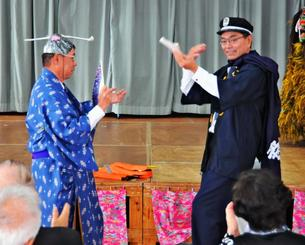 高齢者向けの安全講話で、「金色夜叉」を熱演する小渡さん(右)=9日、八重瀬町志多伯・志多伯公民館