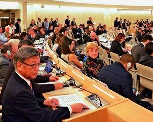 国連人権理事会で演説を終えた翁長雄志知事=9月21日、スイス・ジュネーブの本会議場