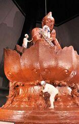平和祈念像の「浄(きよ)め」でほこりを拭き取る職員ら=15日、沖縄県糸満市摩文仁の平和祈念堂(公益財団法人沖縄協会提供)