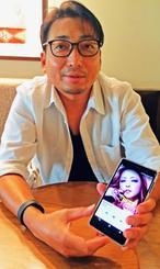 リハビリ中に聴いている安室奈美恵さんの「Baby Don't Cry」を流し、「自分の経験を歌ってくれているような気がする」と話す石浜直樹さん=14日、那覇市