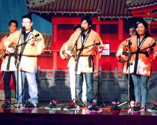 沖縄民謡を披露する琉球民謡保存会のステージ=サンパウロ市内、沖縄県人会館