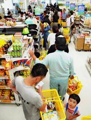 台風18号が通過し、商品を買い求める客で混雑するスーパーの店内=14日午後5時22分、宮古島市平良