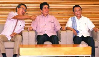 「かりゆし」姿で閣議に臨む(左から)石原経済再生相、安倍首相、麻生財務相=2日、首相官邸