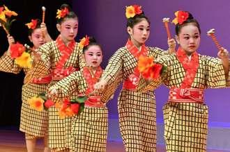 かわいらしい「安里屋ユンタ」を踊る無憂華の会の子どもたち=31日、那覇市久茂地・タイムスホール