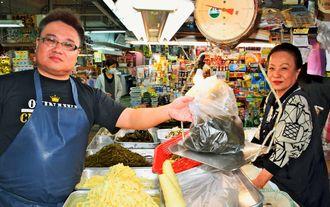 (写図説明)「相対売りを楽しみながら、こんぶ屋を続けていきたい」と話す粟国智光さん(左)と和子さん=1月29日、那覇市・第一牧志公設市場