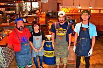 カフェスタイルの店舗に入ると笑顔で出迎えてくれる中村さん(右から2人目)やスタッフら=1日、沖縄市中央